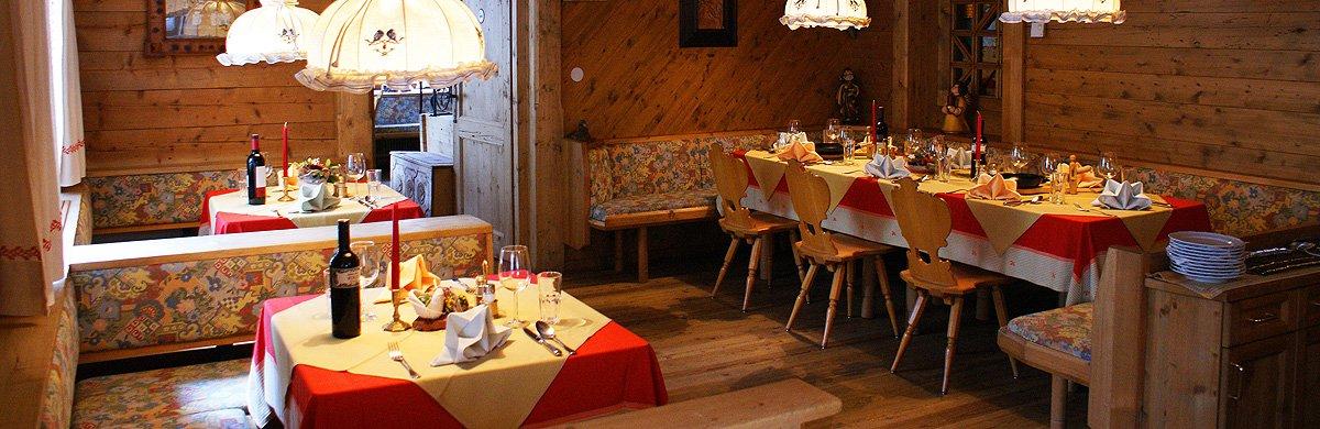 Übernachtungen können mit einem reichhaltigen Frühstücksbuffet oder Halbpension mit einem 4-Gänge-Wahlmenü gebucht werden. Gerne berücksichtigen wir Nahrungsmittelunverträglichkeiten und Allergien. In der Bar des Hotel-Gasthofs Zur Mühle können Sie erlesene, österreichische und internationale Weine, hausgebrannte Schnäpse von den benachbarten Bauern, regionale Biere und saisonale, hausgemachte Säfte genießen.