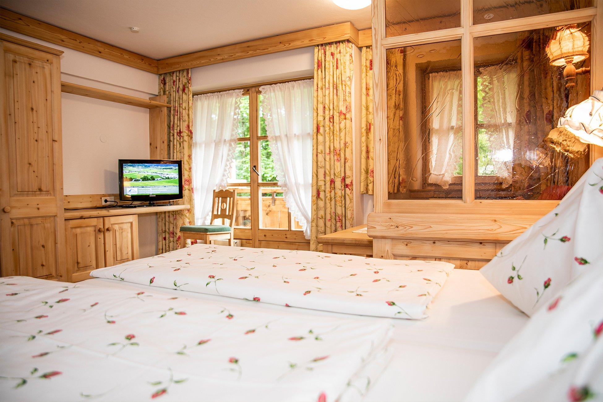 Kategorie B mit Doppelbett und Couch